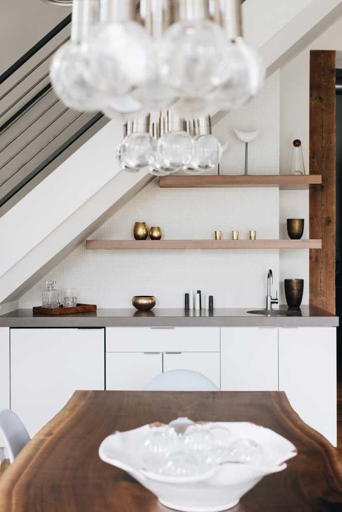 Espaço com pia e bancada embaixo da escada: ideal para pequenas preparações de drinks e bebidas.