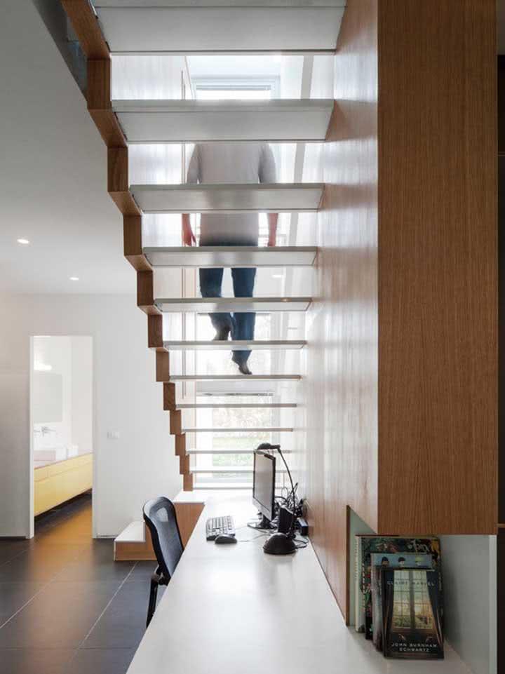 Escrivaninha ampla para abrigar um home office com até dois assentos