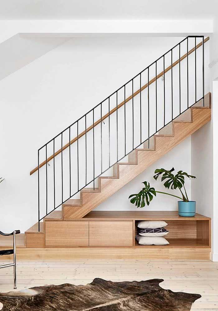 Móvel planejado estrategicamente para ser posicionado abaixo da escada nesta residência.