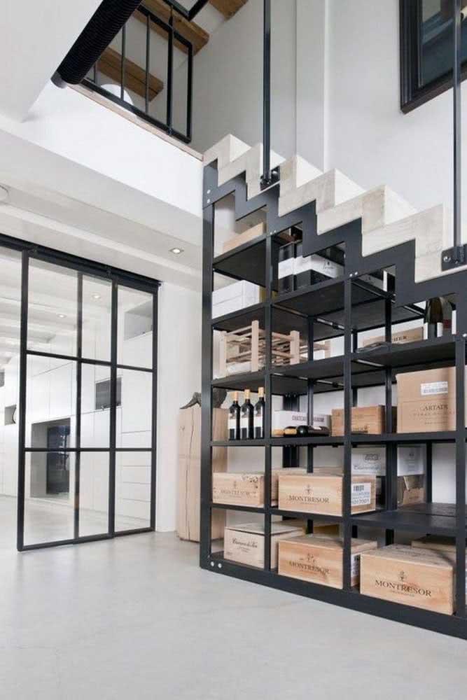 Ao invés de um espaço vazio e sem utilização, a área embaixo da escada pode ser utilizada como armazenamento. Aqui, um espaço especial como adega de vinhos.