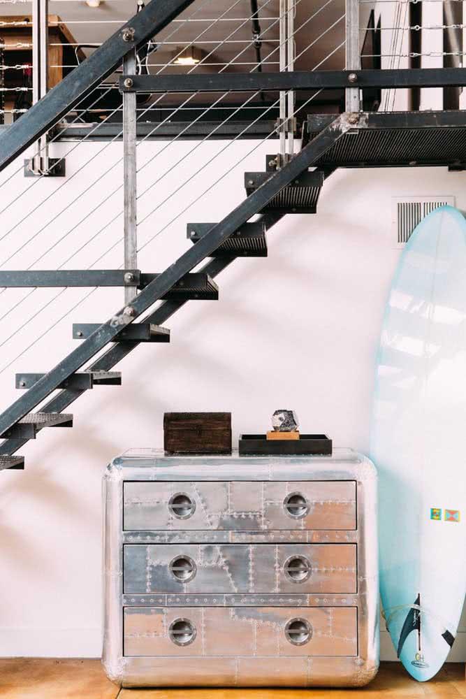 Veja que ideia mais linda e charmosa para decorar o espaço embaixo da escada.