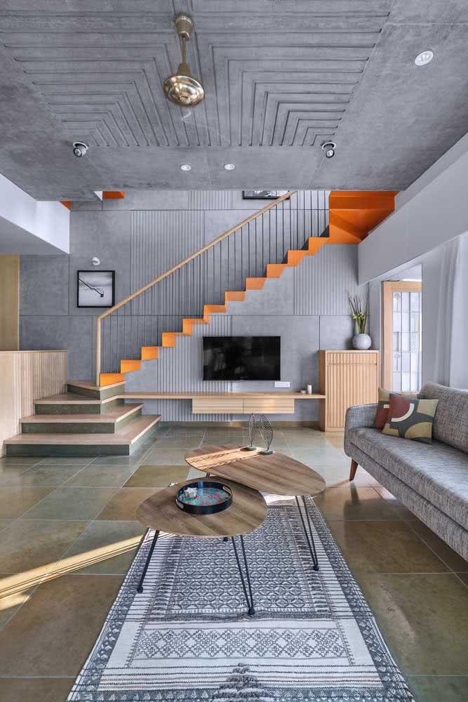 Em ambientes onde não há um lugar definido para abrigar o aparelho televisor, o espaço embaixo da escada pode ser uma boa opção.