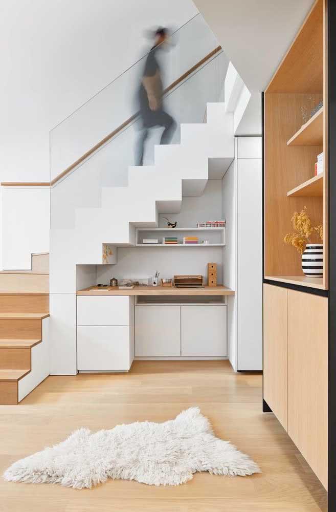 Um espaço para escrivaninha e para trabalhos criativos é uma das escolhas favoritas no momento de aproveitar o espaço embaixo da escada.