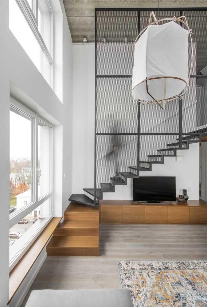 Outro exemplo de espaço para a TV embaixo da escada.