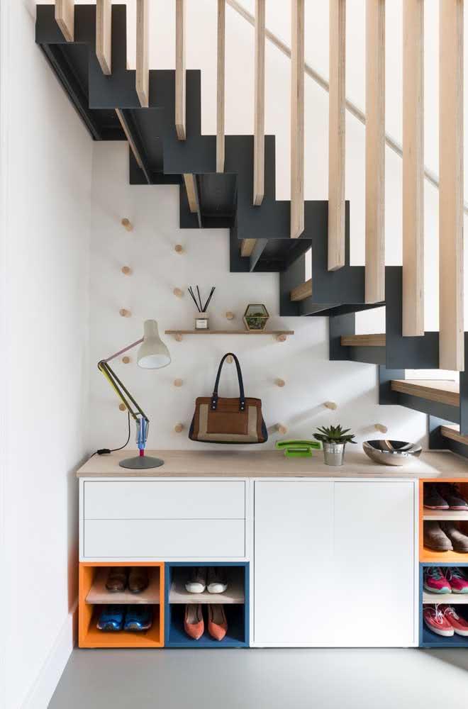 Além dos espaços para armazenamento, você pode colocar sapateiras embaixo da escada.
