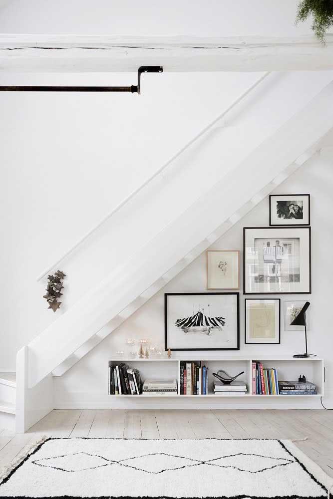 Quadros decorativos sempre são charmosos e podem ter uma bela composição embaixo da escada.