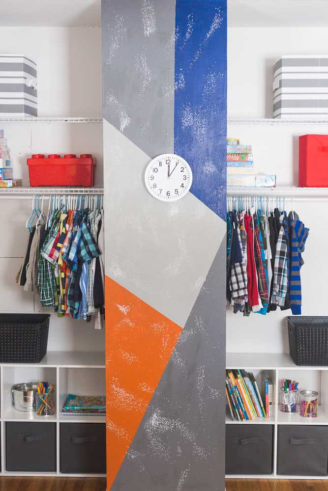Pintura geométrica com cores modernas realçando a coluna do quarto