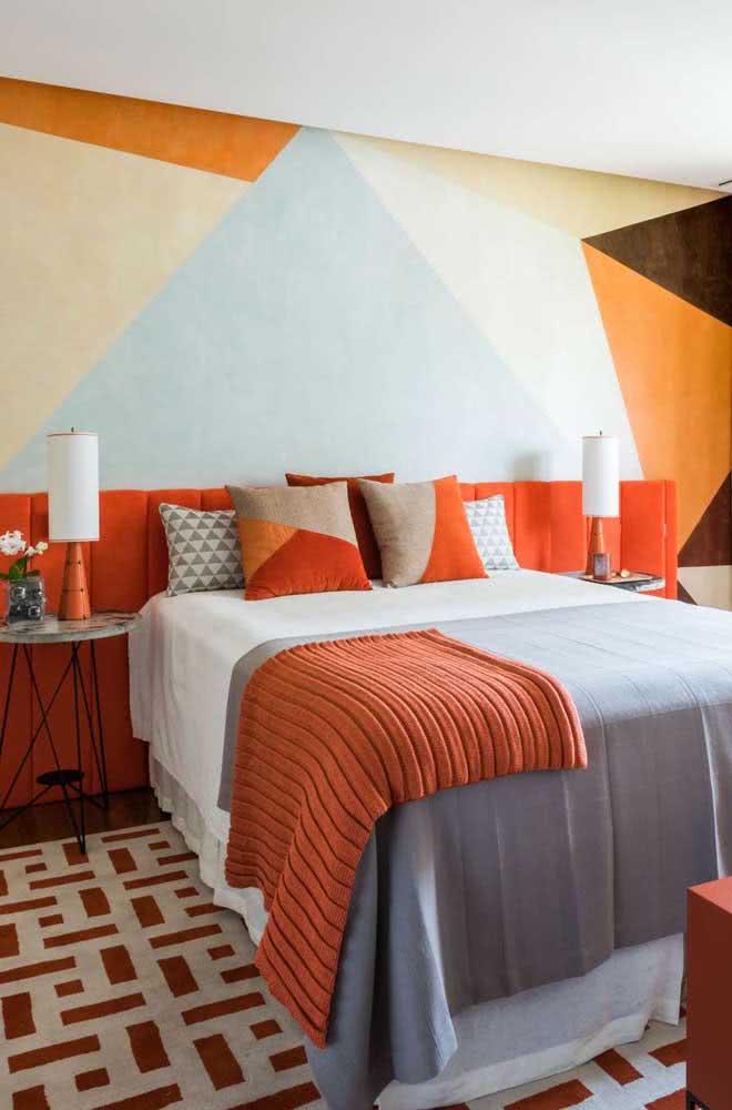 Pintura geométrica na parede em tons terrosos combinando com a decoração rústica