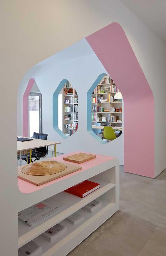 Faça molduras coloridas nos vãos de portas e janelas