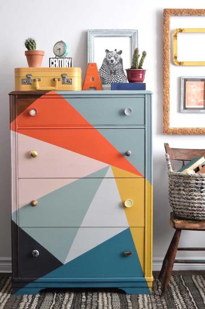 Pintura geométrica na cômoda: uma maneira simples de renovar um móvel
