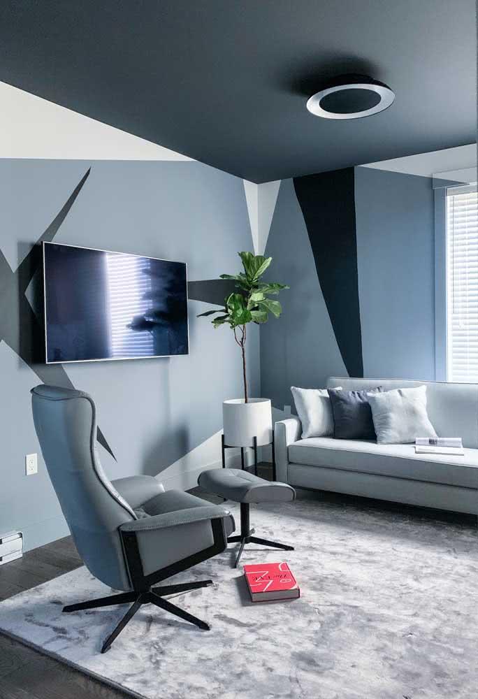 Já aqui, a pintura geométrica em tom sobre tom confere um visual sofisticado e sóbrio para a sala de estar