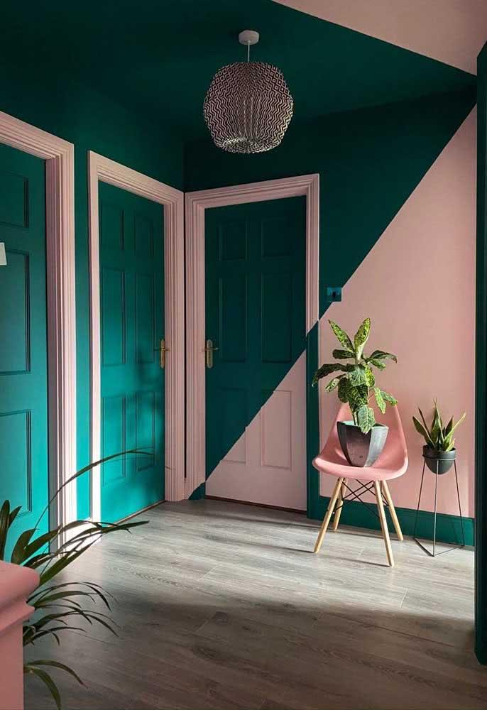 Porta com pintura geométrica: o verde e o rosa são um charme a parte por aqui