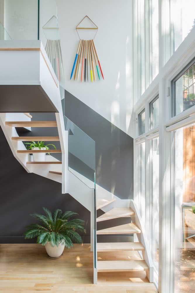 Que tal uma pintura geométrica preto e branco na escada?