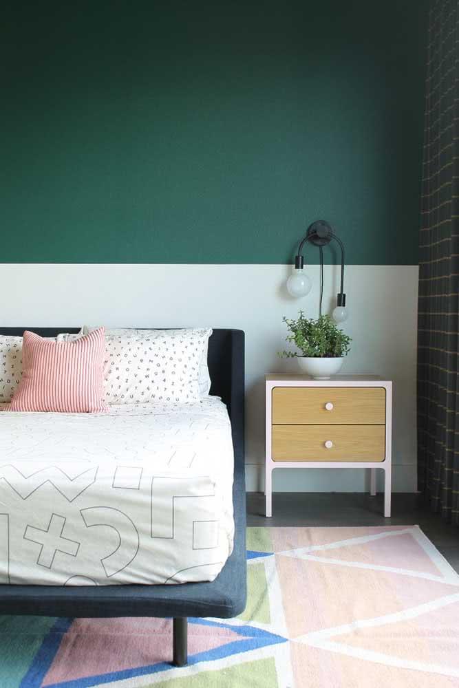 Pintura geométrica também é meia parede. Aqui, a cor escura na parte de cima deixa o quarto mais intimista