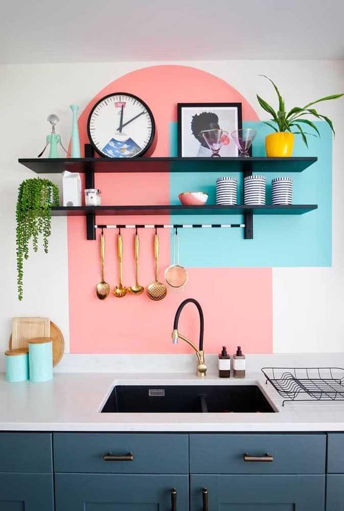 Pintura geométrica na parede da cozinha: cores alegres e em contraste