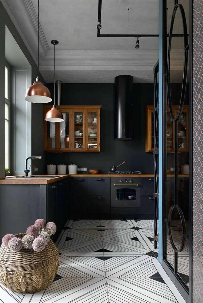Pendente cobre para cozinha em contraste com as paredes pretas