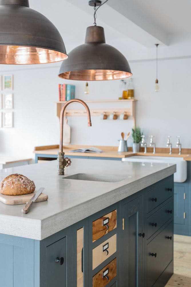Pendente cobre vintage combinando com os demais elementos da cozinha