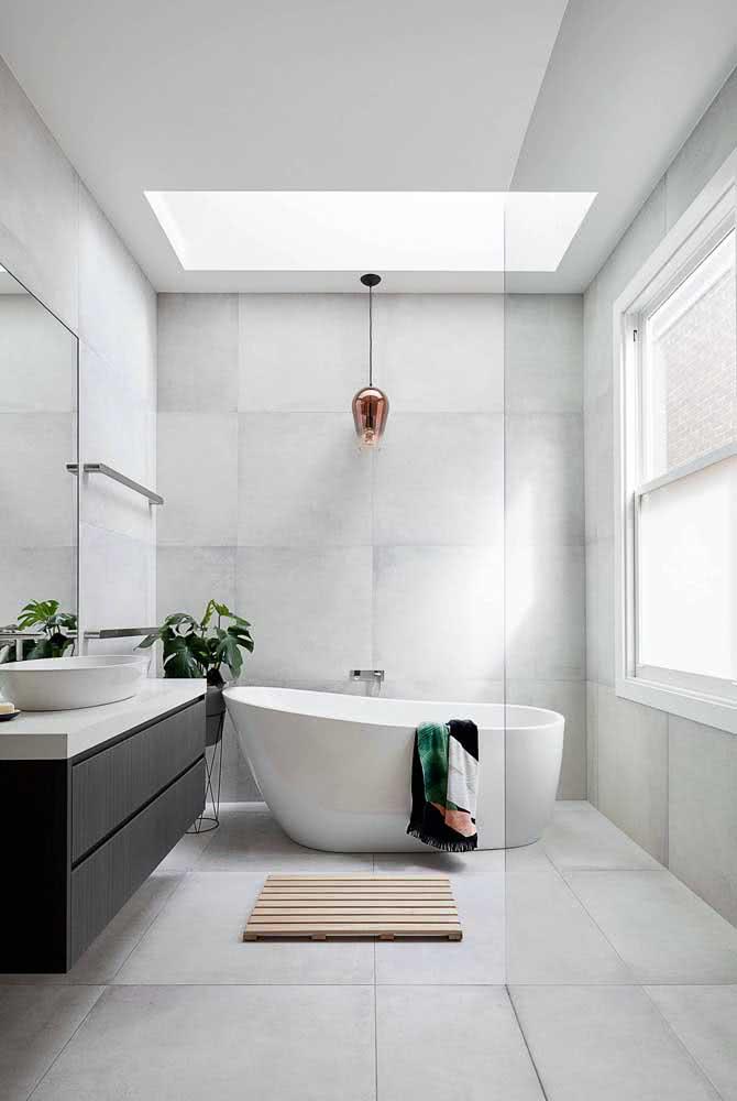 O pendente cobre é o destaque desse banheiro moderno e minimalista