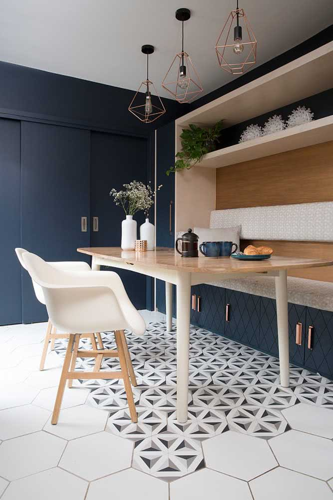 Pendente cobre aramado na cozinha decorada em tons neutros de azul e branco