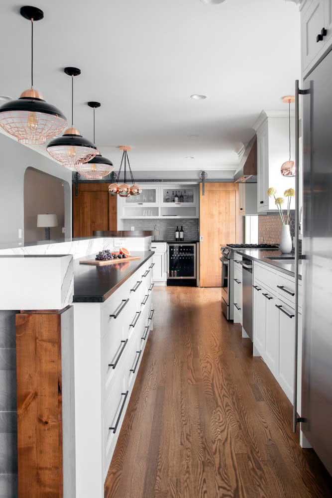 Pendente preto e cobre aramado para a cozinha que mescla o rústico com o moderno