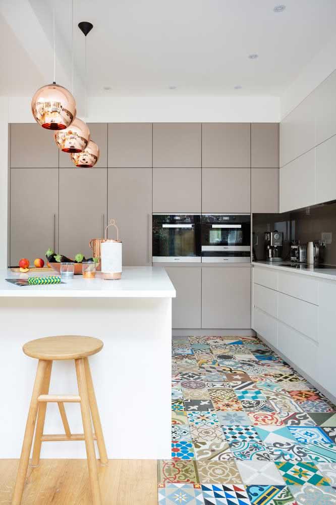 Brilho e luz com o pendente cobre redondo na cozinha