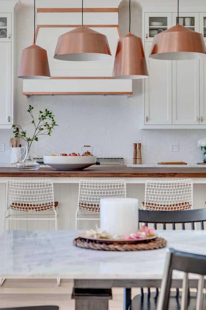Pendentes cobre retrô em harmonia com a cozinha do mesmo estilo