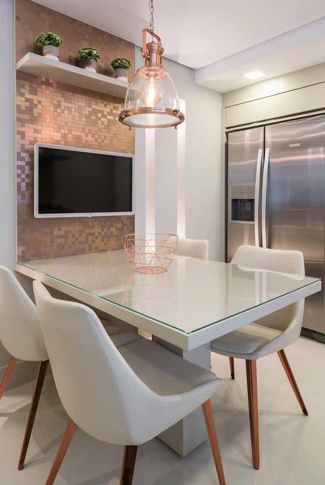 Pendente cobre industrial na mesa de jantar da sala moderna