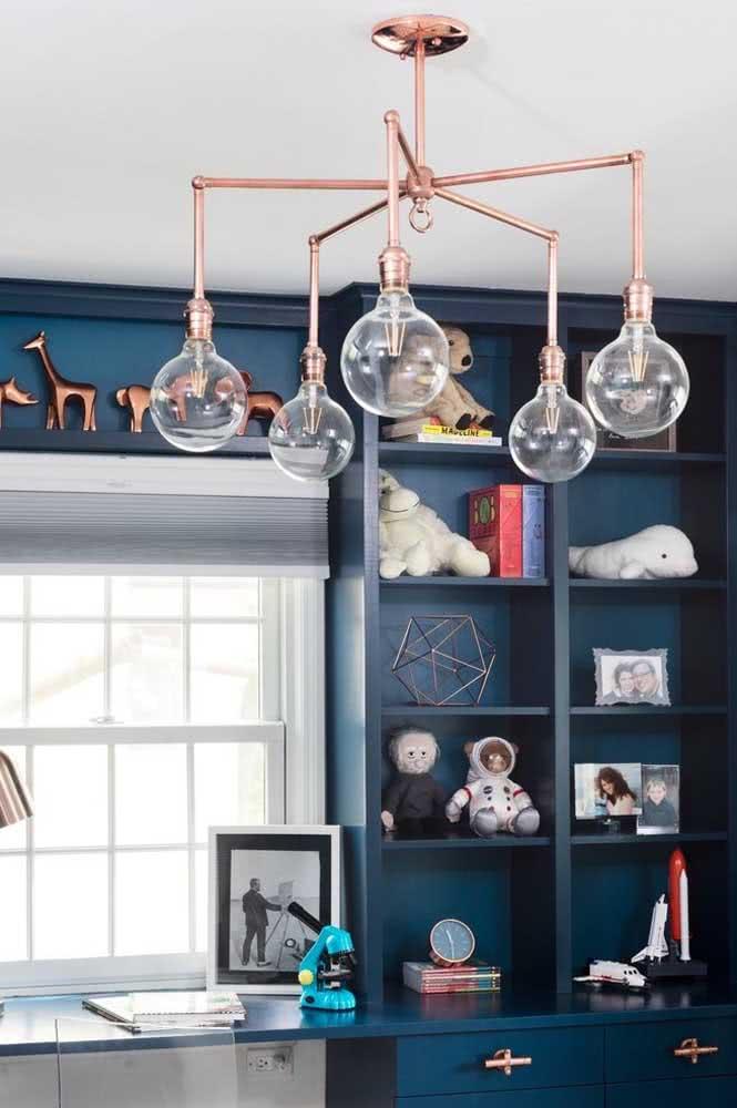 Pendente cobre Sputnik para o quarto. Destaque ainda para o fundo azul que realça o tom metálico
