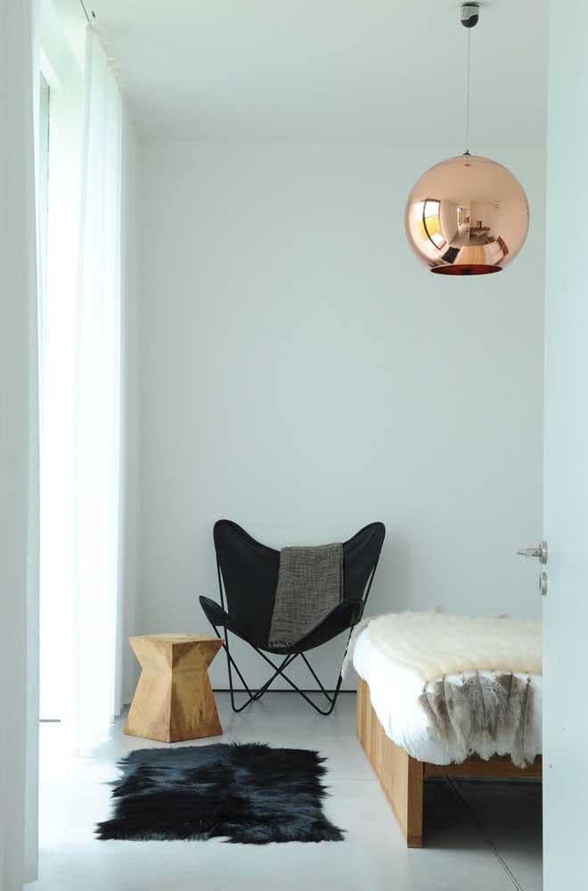 O quarto branco e minimalista apostou em um pendente cobre redondo como destaque da decoração