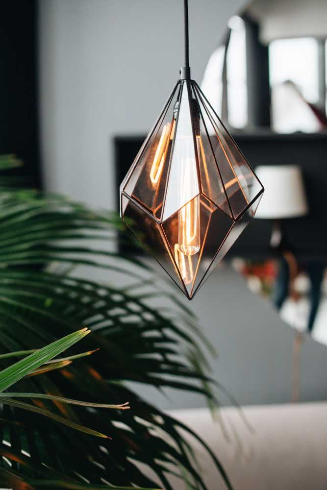Aqui, o famoso pendente cobre aramado ganhou fechamento em vidro