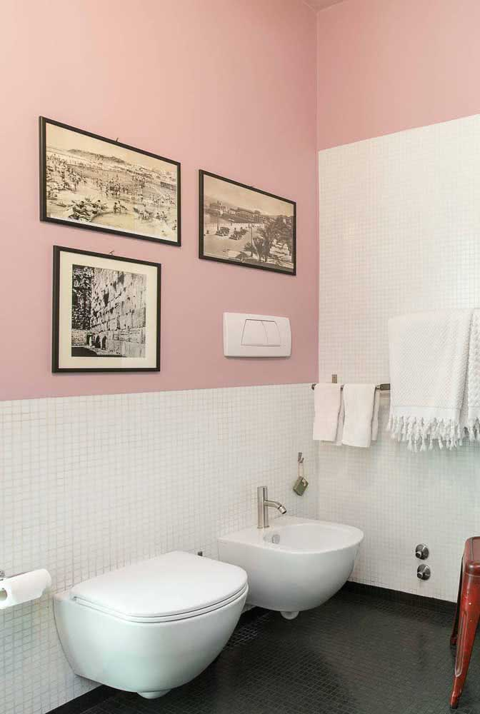 Banheiro em estilo retrô com bidê e vaso moderno. Um contraste de estilos marcante