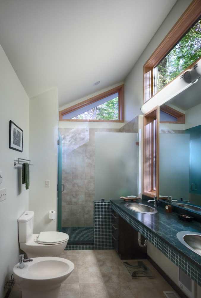 Estrategicamente posicionados, vaso e bidê se complementam sem sacrificar espaço do banheiro