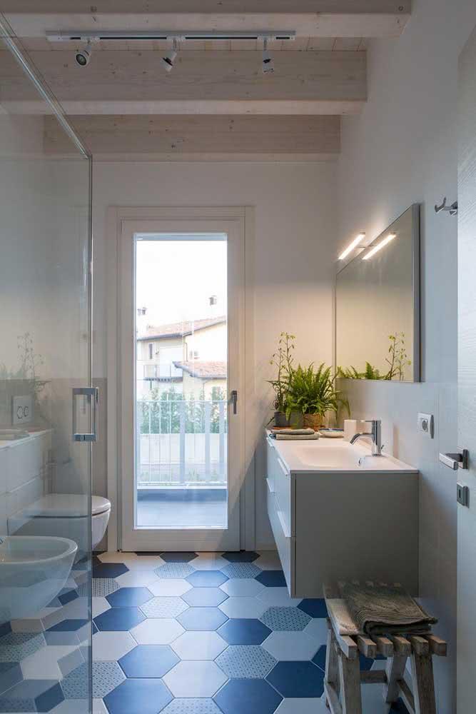 Banheiro simples com bidê e vaso virados de frente para a pia