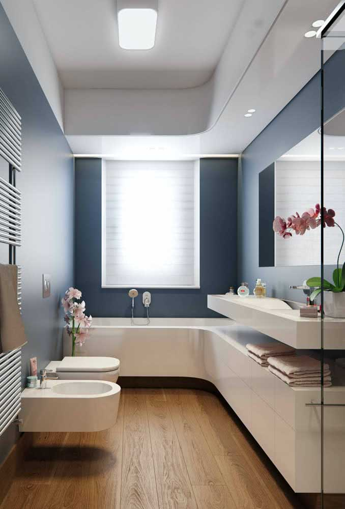 O charme desse banheiro com bidê é a linha curva feita entre o móvel e a banheira