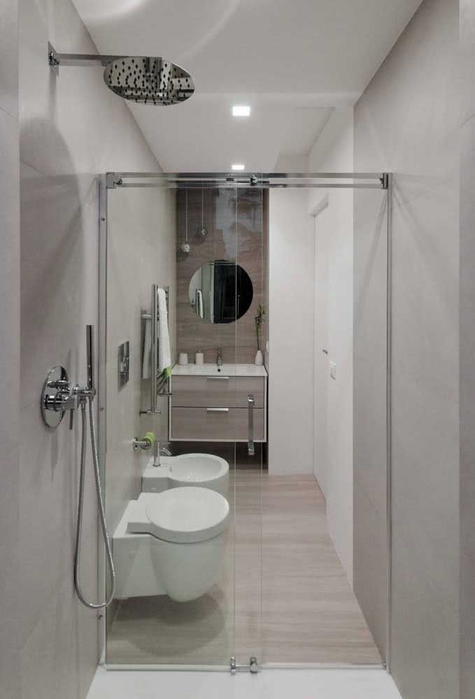 Banheiro pequeno e muito bem planejado para caber o bidê