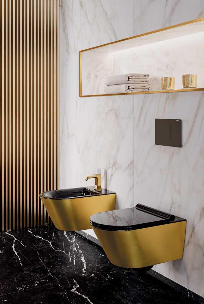 E para quem não deseja passar despercebido, eis aqui uma inspiração perfeita: vaso e bidê dourados