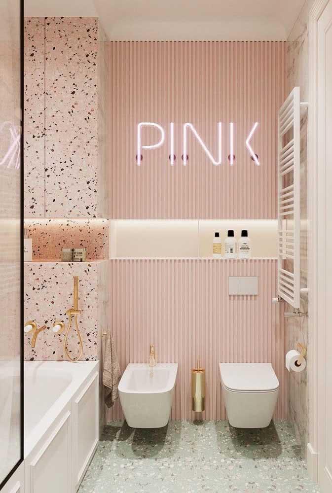 Um banheiro cheio de estilo e personalidade com bidê incluso