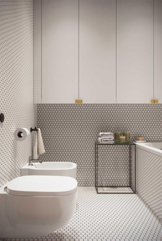 Um banheiro futurista com vaso e bidê para provar que a louça ainda tem sua função