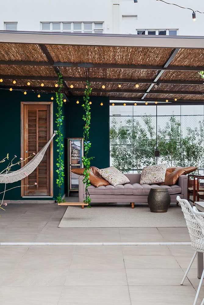 Quintal pequeno decorado com elementos naturais que valorizam o estilo rústico
