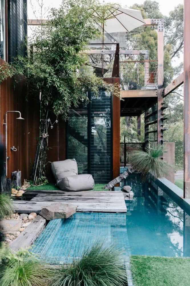 Quintal pequeno com piscina e jardim integrado com a varanda do pavimento superior