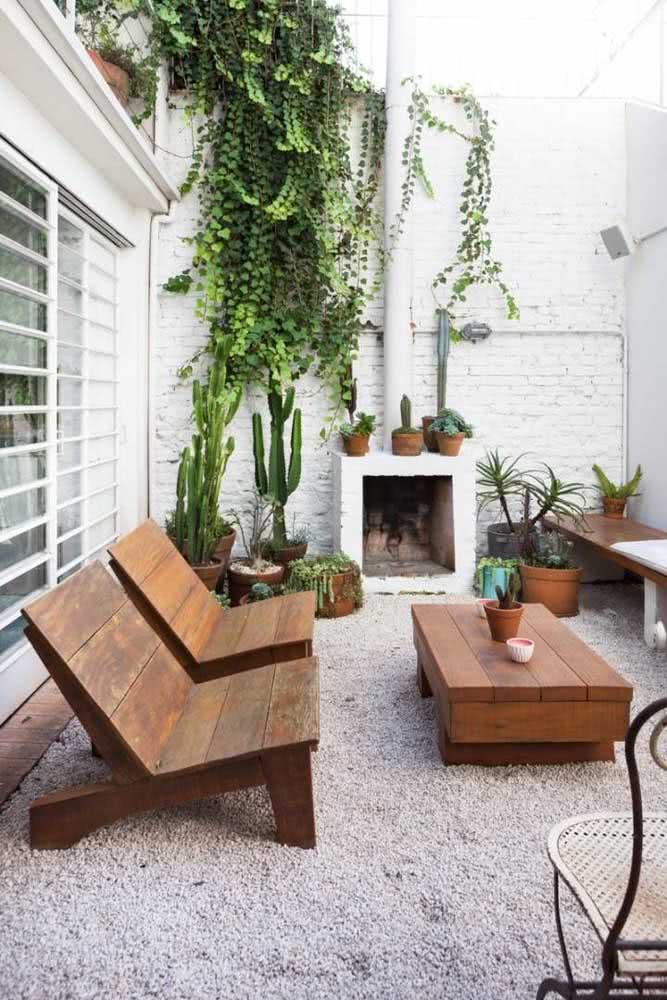 Rústico e aconchegante, esse quintal pequeno decorado apostou na ideia dos tijolinhos aparentes, dos cactos e da madeira