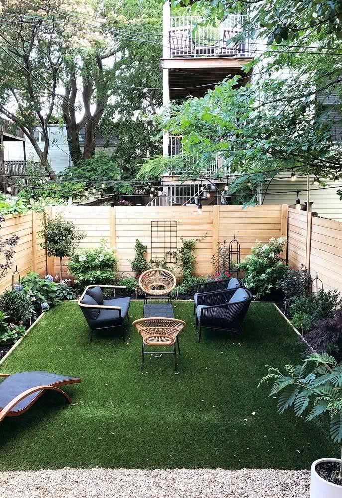 O fechamento em madeira ajuda a deixar o quintal pequeno mais bonito e acolhedor