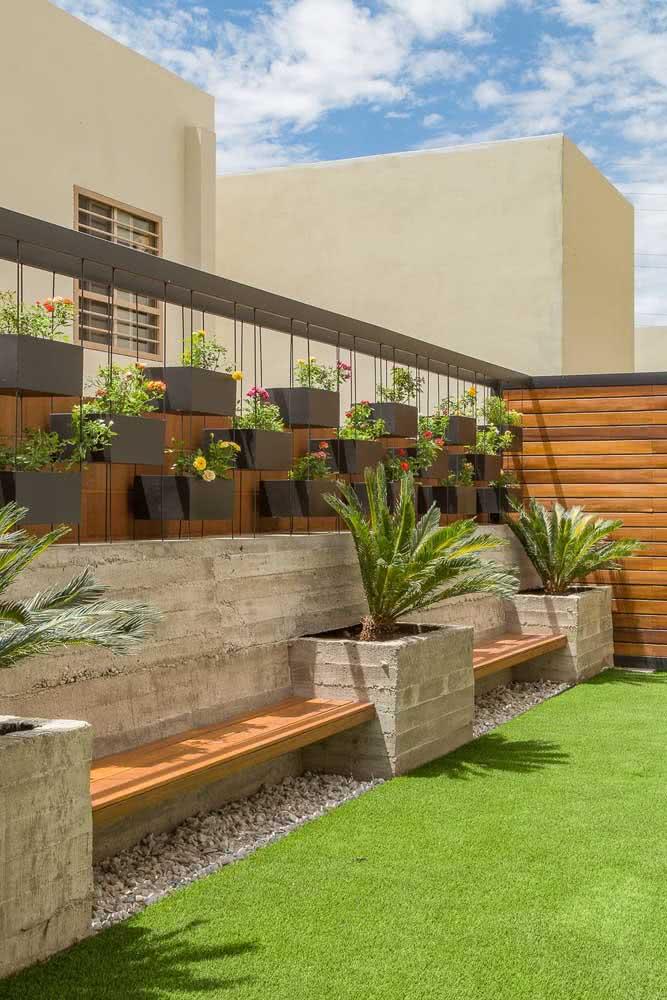 Verticalize a decoração do quintal pequeno pendurando as plantas na parede