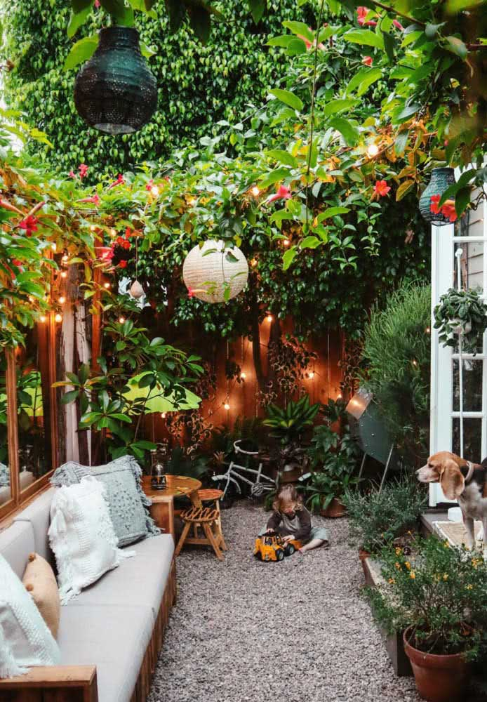 Quintal pequeno com espaço para as crianças brincarem e os pais relaxarem