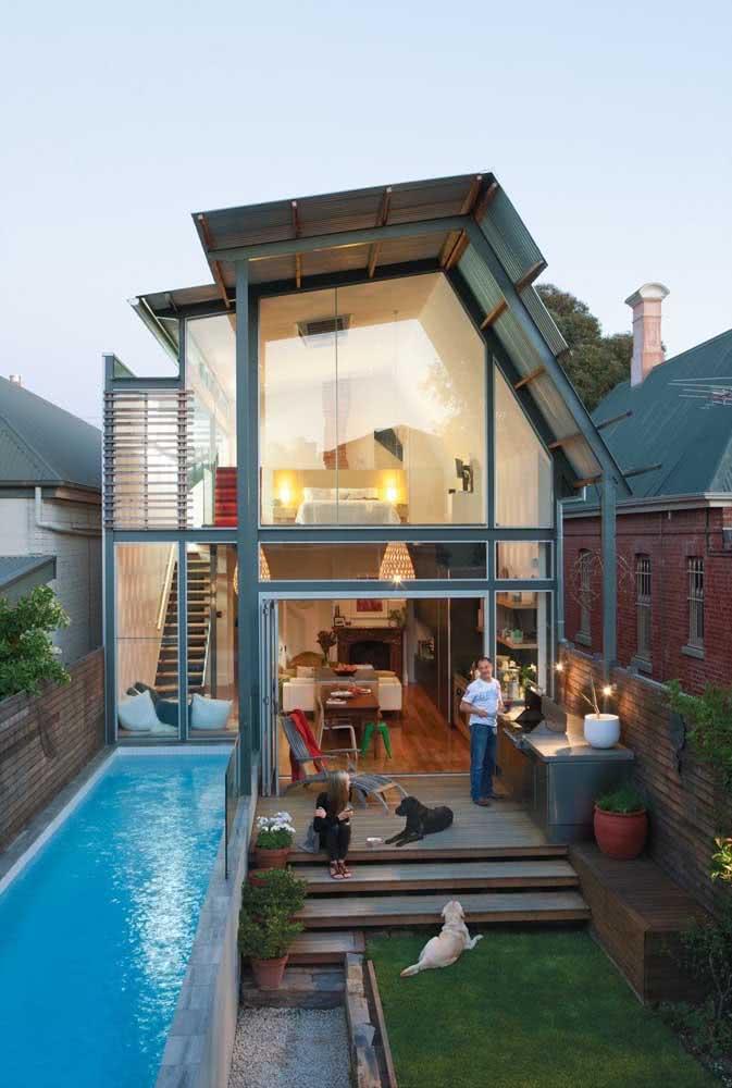 Quintal pequeno com piscina e churrasqueira. Repare que a piscina acompanha o formato do ambiente