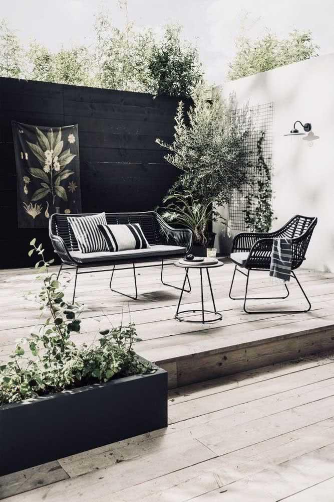 Moderno, esse quintal pequeno apostou na clássica paleta do branco e preto