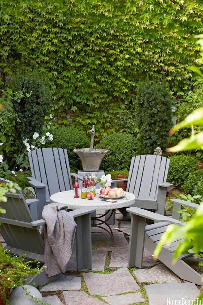 Decoração de quintal pequeno com elementos clássicos e um toque de rusticidade