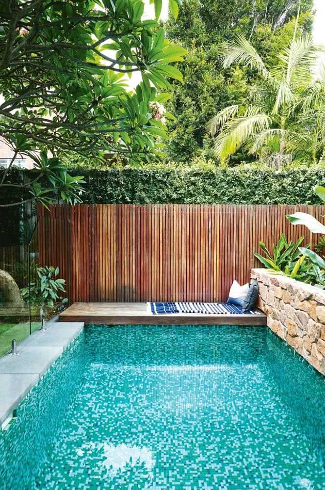 Relaxar na beira da piscina no próprio quintal pequeno decorado. Tem coisa melhor?
