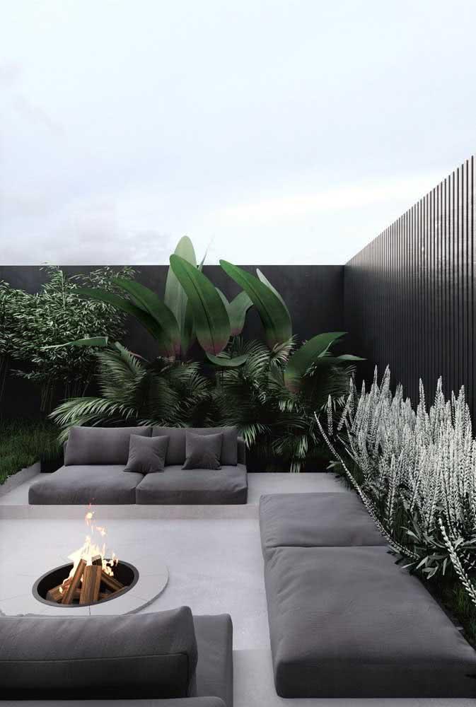 O charme elegante do cinza na decoração desse quintal pequeno com lareira