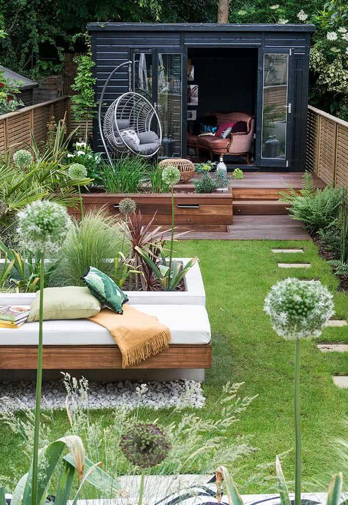 Quintal pequeno com jardim, horta e uma pequena edícula aos fundos